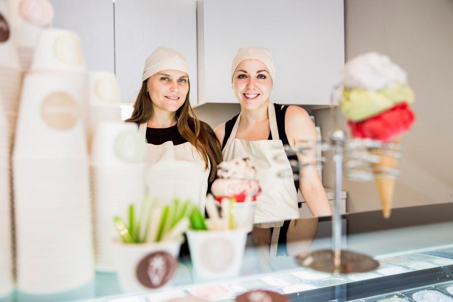 Die Schwestern Cäcilia und Susanna stellen ihr Eis selbst her.