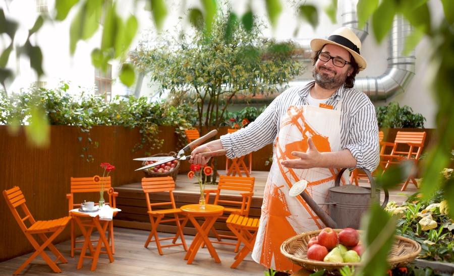 Hotelier Robert Hollmann entspannt auch selbst gerne im Hotelgarten.
