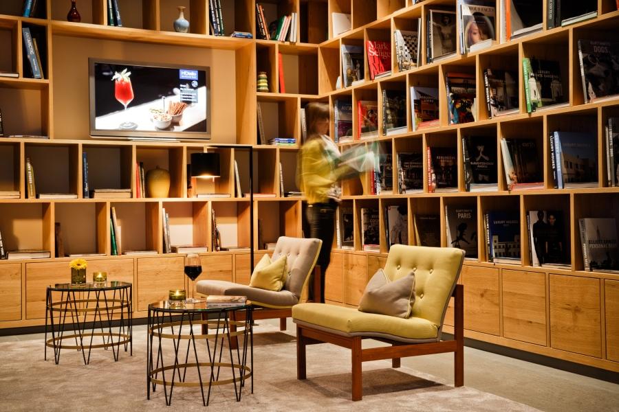 Die Bibliothek mit Kaminlounge bietet schon in der Hotellobby Wohlfühlambiente.