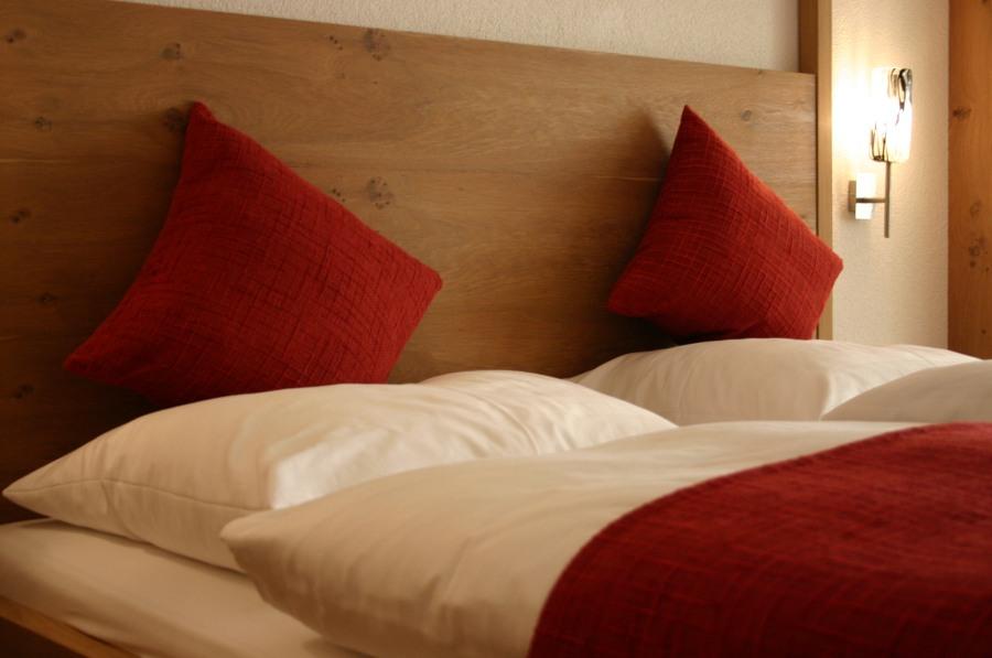 Die Zimmer versprühen trotz modernen Designs einen alpinen Charme,
