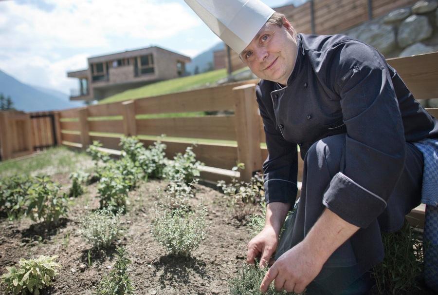 Küchenchef Michael Karl im Kräutergarten des Gradonna Mountain Resorts.