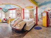 V8Hotel - Herbie als Bett - im Themenzimmer Tankstelle. V8 Hotel in der MOTORWORLD Region Stuttgart auf dem Flugfeld Boeblingen.