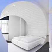V8Hotel - Themenzimmer Vision - ein Traum in Weiss. V8 Hotel in der MOTORWORLD Region Stuttgart auf dem Flugfeld Boeblingen.
