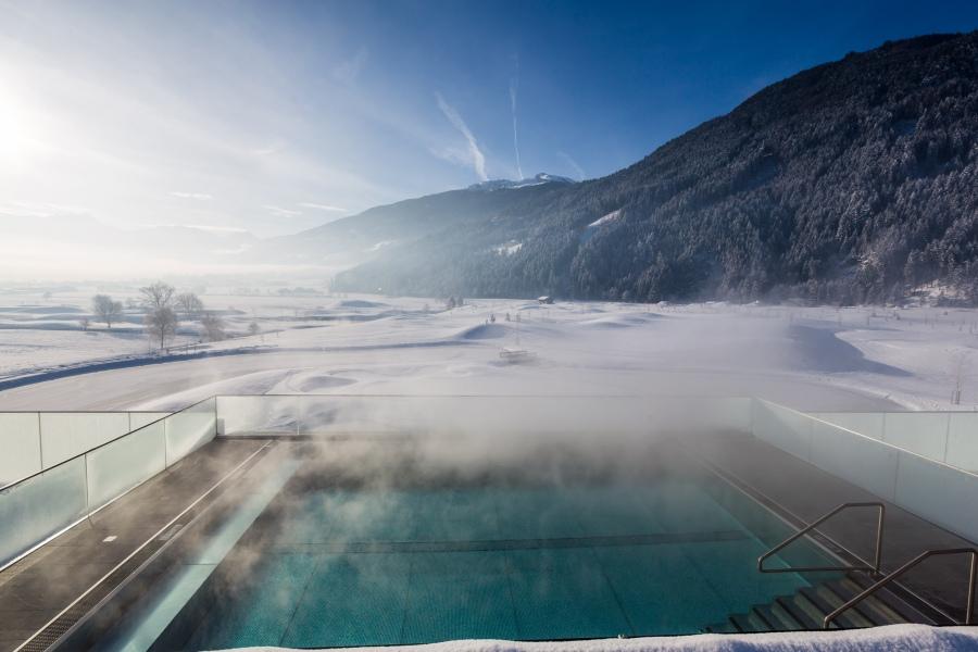 Der Infinity Pool bietet einen atemberaubenden Blick auf die Tiroler Bergwelt.