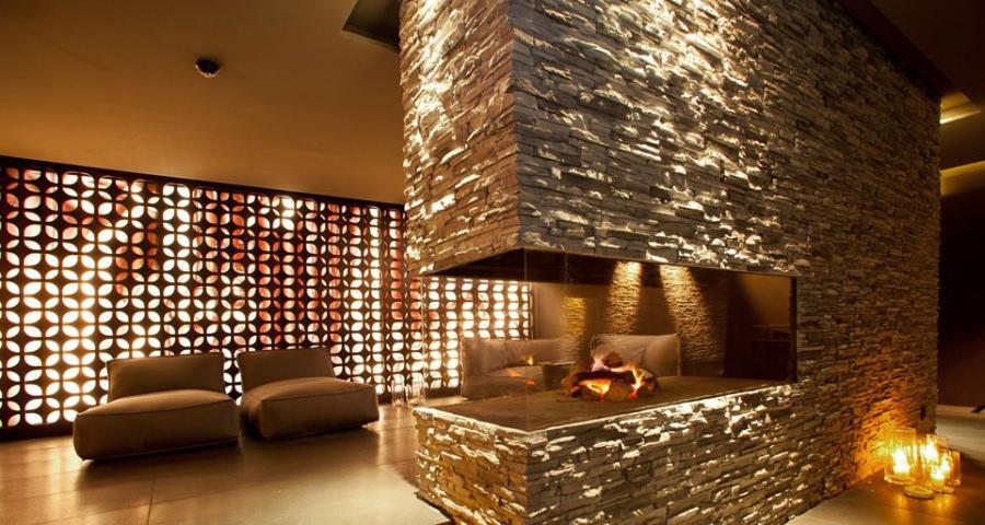 Ein offener Kamin in der Lounge sorgt auch an bitterkalten Wintertagen für eine Wohlfühlatmosphäre.