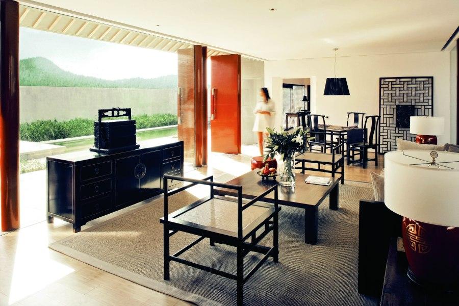 Die Villen bieten neben einem privaten Pool ein stylishes Innendesign mit hochwertigen Holzmöbeln und deckenhohen Fenstern.