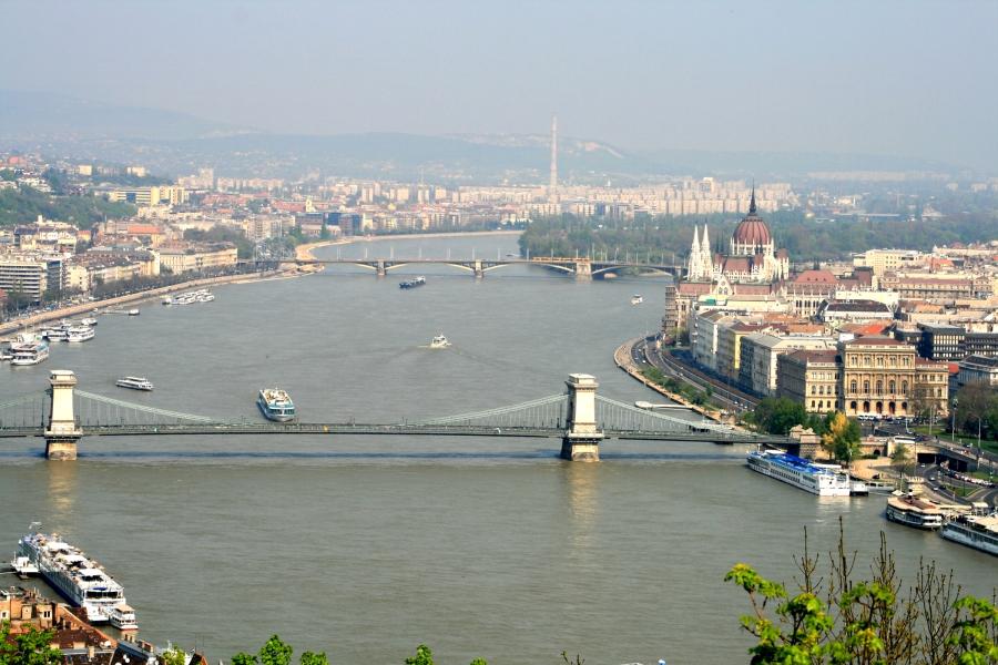 Der Panoramapool bietet einen unbeschreiblichen Blick über Budapest.