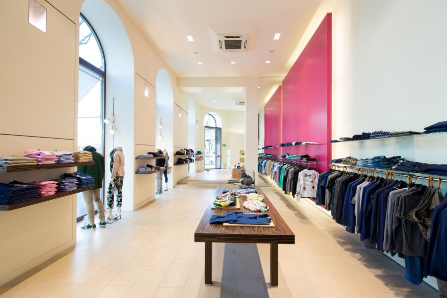 Das Modehaus KNILLI bietet auf 600m² eine große Auswahl an Damen- und Herrenbekleidung.