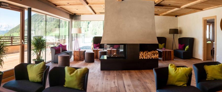 Modernes Interieur gepaart mit heimischen Materialien sorgt für eine unverwecheslbare Wohlfühlatmosphäre.