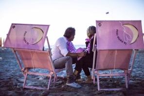 Auch die Liegestühle am Strand sind rosa. © Emilia Romagna Turismo