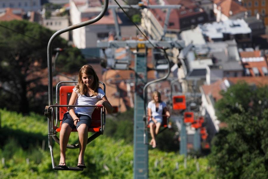Im Einzel-Sessellift kann man den Blick auf Meran genießen. Foto: © Tourismusverein Dorf Tirol
