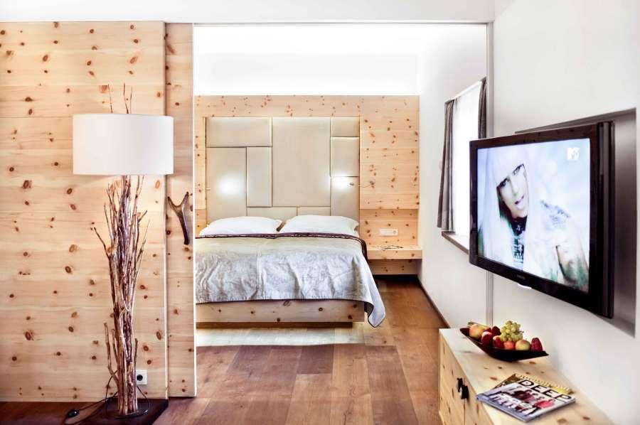 Liebevolle Details aus Holz, Stein, Filz und Leder holen die Natur direkt ins Zimmer.