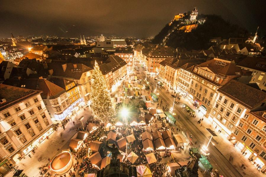 Blick über den Christkindlmarkt am Hauptplatz. ©Foto Fischer