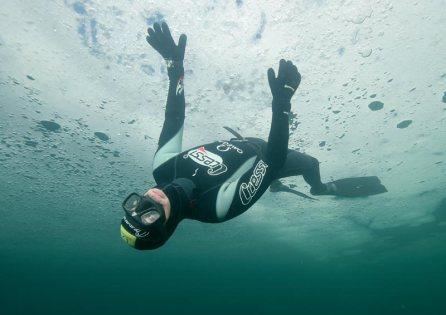 Apneotauchen unter Eis gilt als Extremsportart. © nullzeit