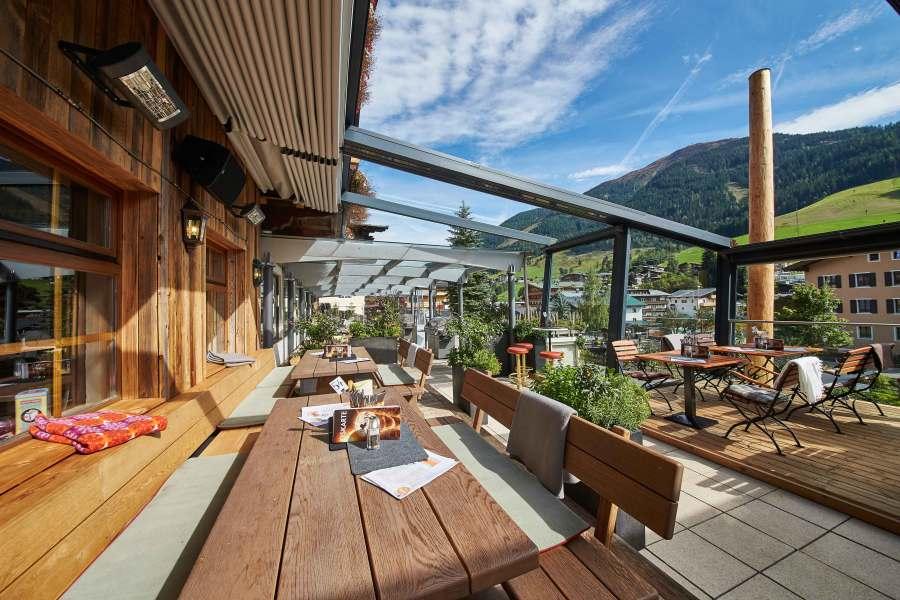 Saftige Burger, herzhafte Steaks und Pizzen kann man auch auf der Terrasse genießen.